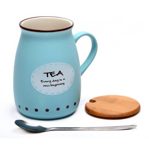 Чаша за чай с капак и метална лъжичка.