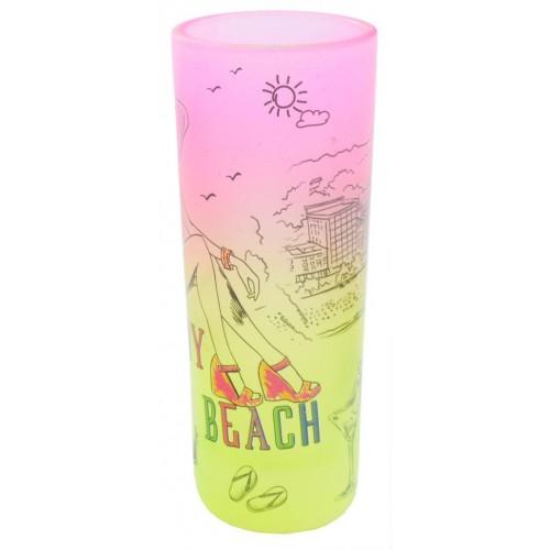 Висок цветен шот с плажна ивица и жена по бански