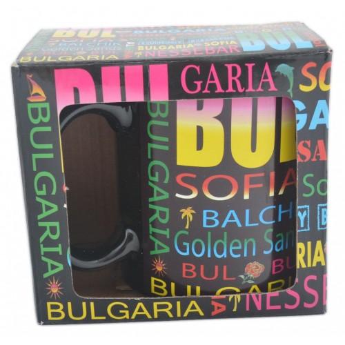Сувенирна керамична чаша в разноцветни надписи на градове в България.