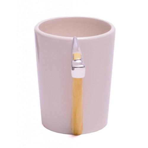 Порцеланова чаша с дръжка във формата на брадва