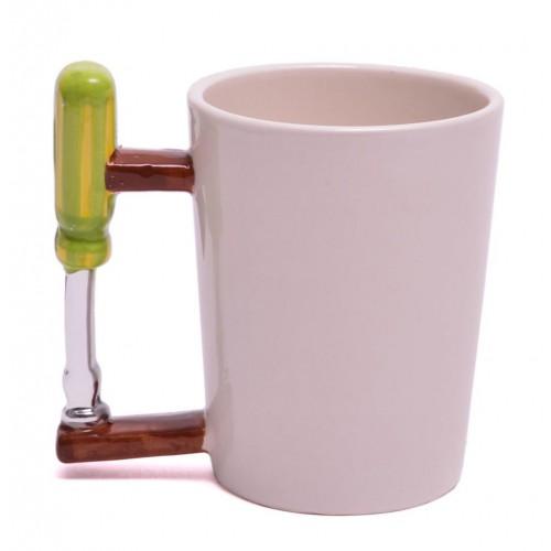 Порцеланова чаша с дръжка във формата на отвертка.