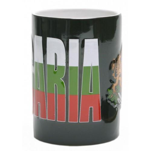 Сувенирна керамична чаша, декорирана с надпис и гербът на Република България