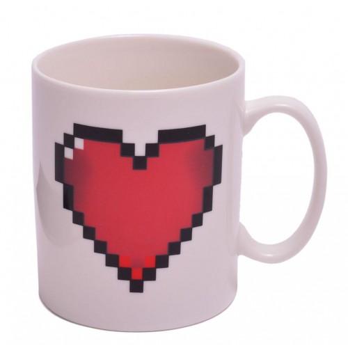 Магическа порцеланова чаша с декорация сърце.